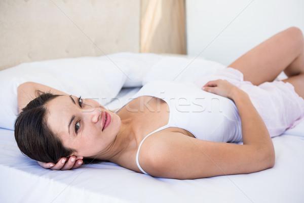 довольно брюнетка кровать домой женщину Сток-фото © wavebreak_media