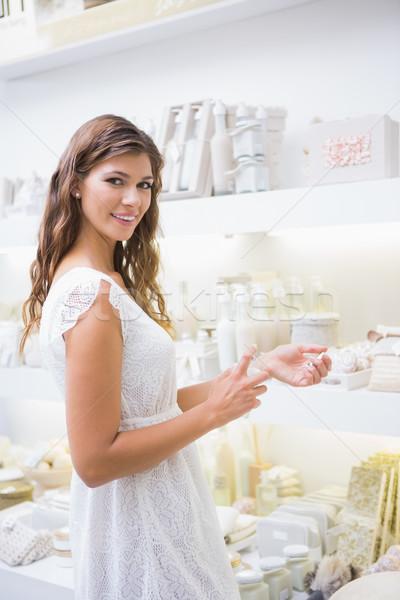 Portré mosolygó nő tesztelés termékek szépségszalon boldog Stock fotó © wavebreak_media