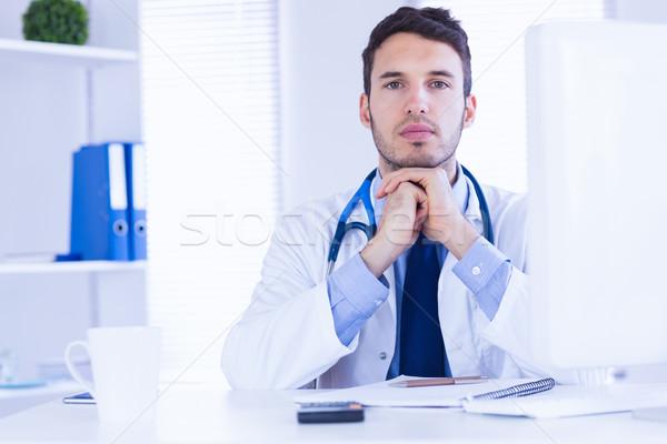 Stok fotoğraf: Portre · doktor · bakıyor · kamera · eller · katlanmış