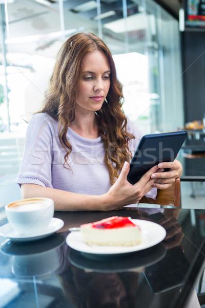 かなり ブルネット タブレット コーヒーショップ ケーキ カフェ ストックフォト © wavebreak_media