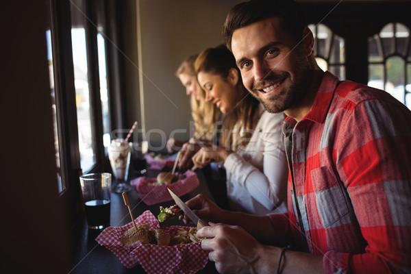 Amigos Burger junto restaurante mujer nina Foto stock © wavebreak_media