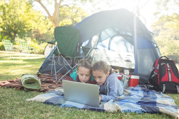 Fratelli utilizzando il computer portatile fuori tenda computer Foto d'archivio © wavebreak_media
