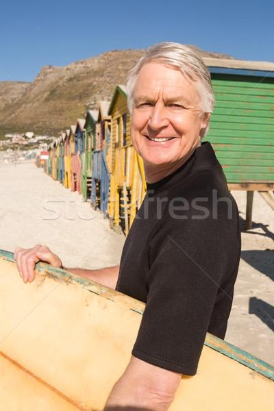 Férfi hordoz szörfdeszka áll tengerpart portré Stock fotó © wavebreak_media