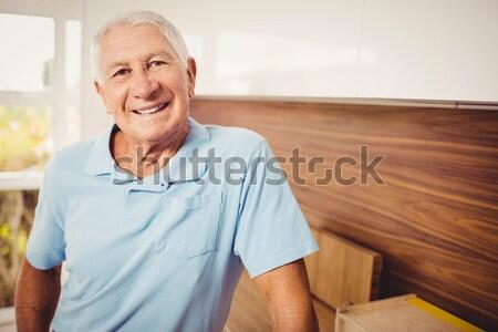 Idős férfi keresztbe tett kar áll tengerparti kunyhó portré Stock fotó © wavebreak_media