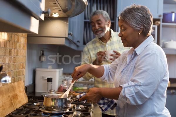 Feliz pareja de ancianos casa pie cocina Foto stock © wavebreak_media
