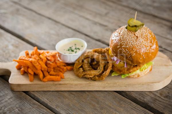 Hamburger cipolla anelli patatine fritte tagliere Foto d'archivio © wavebreak_media