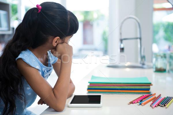 девушки сидят таблетка карандашей Сток-фото © wavebreak_media