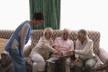 старший человека друзей практикующий врач диван Сток-фото © wavebreak_media
