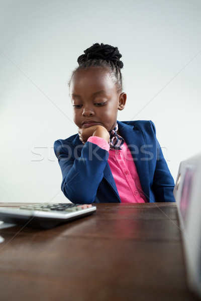 Sérieux femme d'affaires main menton regarder simulateur Photo stock © wavebreak_media