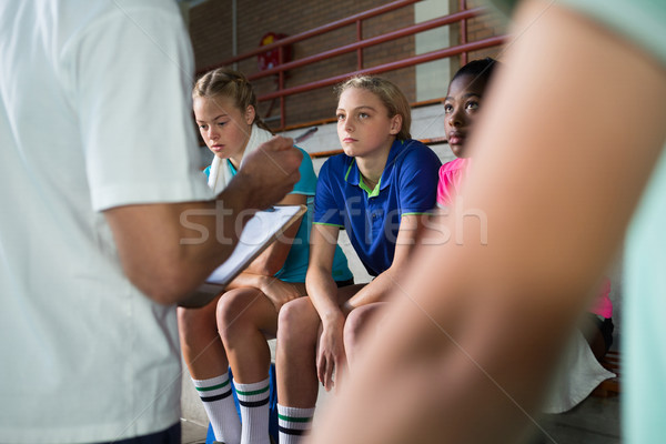 Volleyball coach parler Homme joueurs fille Photo stock © wavebreak_media