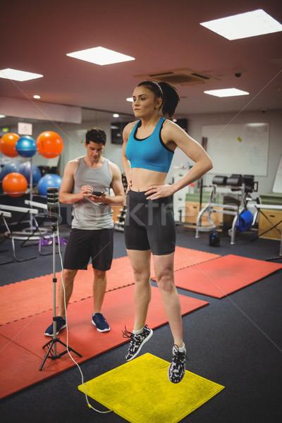 S'adapter femme Aller entraîneur gymnase Photo stock © wavebreak_media