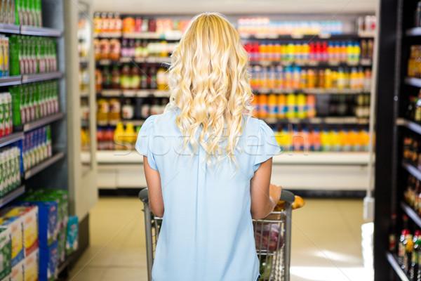 Mujer empujando carrito supermercado compras Foto stock © wavebreak_media