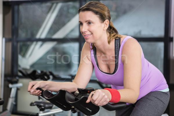 Sorrindo exercer bicicleta ginásio mulher feliz Foto stock © wavebreak_media