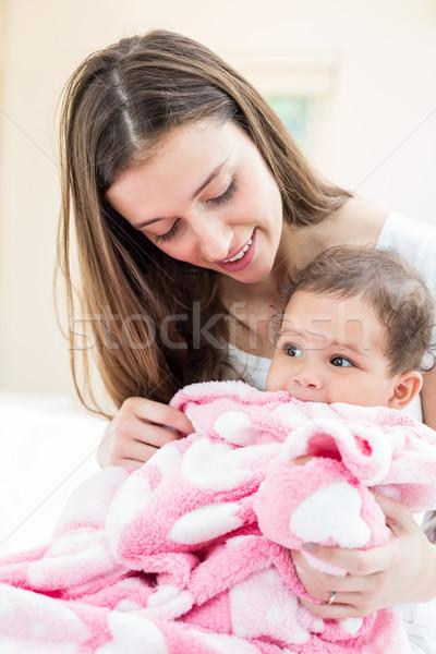 Boldog anya baba pléd ágy otthon Stock fotó © wavebreak_media