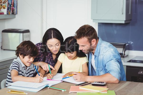 両親 支援 子供 宿題 ホーム 女性 ストックフォト © wavebreak_media