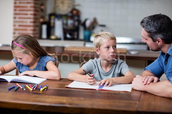 Vader helpen kinderen huiswerk home boek Stockfoto © wavebreak_media