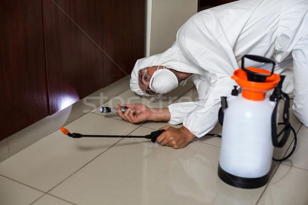 Munkás elemlámpa faliszekrény konyha otthon férfi Stock fotó © wavebreak_media