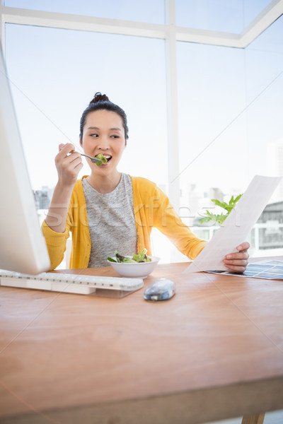 Gyönyörű üzletasszony eszik olvas iroda nap Stock fotó © wavebreak_media