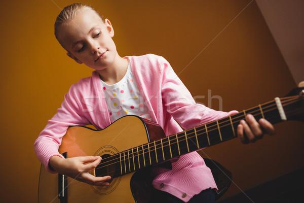 Nina jugando guitarra amarillo música nino Foto stock © wavebreak_media