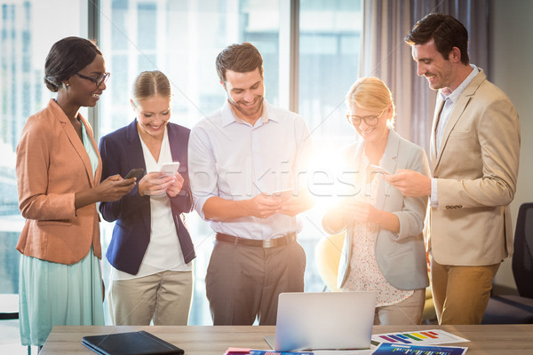 Grupy ludzi biznesu sms telefonu komórkowego biuro komputera Zdjęcia stock © wavebreak_media