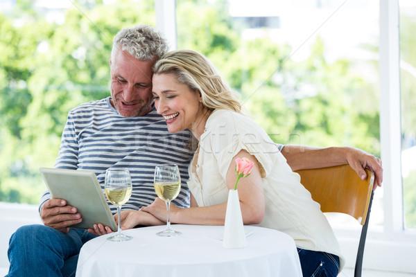 Glimlachend volwassen paar digitale tablet wijn Stockfoto © wavebreak_media