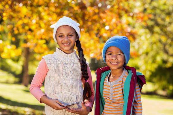 Portret szczęśliwy rodzeństwo stałego parku jesienią Zdjęcia stock © wavebreak_media