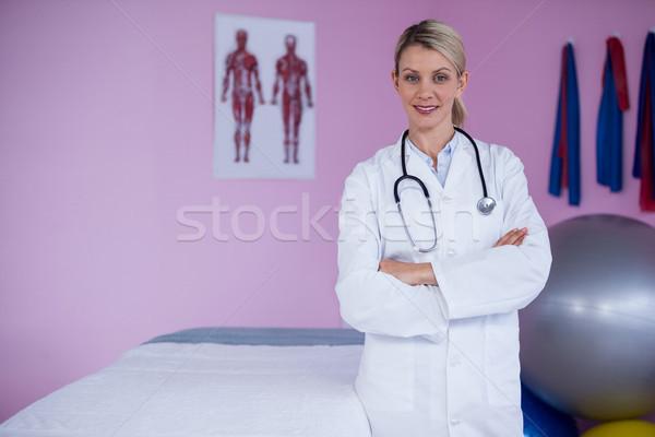 Portré áll keresztbe tett kar klinika nő boldog Stock fotó © wavebreak_media