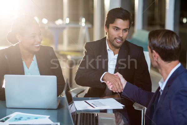 Affaires serrer la main collègue bureau ordinateur femme Photo stock © wavebreak_media