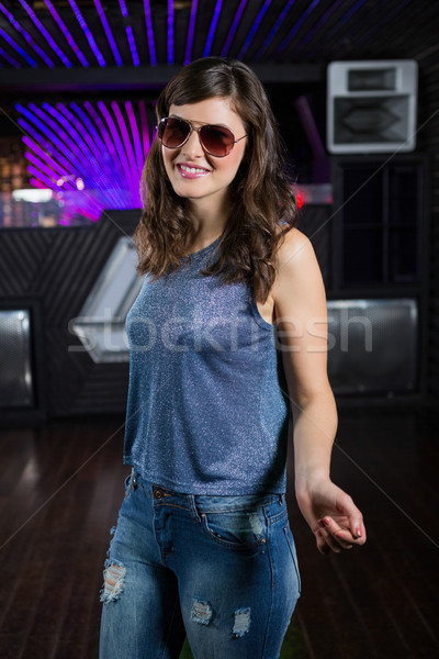 Jeune femme posant piste de danse bar femme danse Photo stock © wavebreak_media