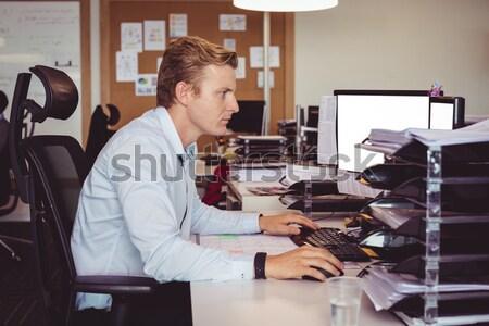 Dolgozik laptop műhely üzlet internet férfi Stock fotó © wavebreak_media