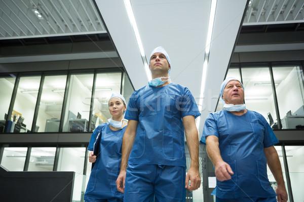 Cirurgiões caminhada hospital equipe homem idoso Foto stock © wavebreak_media