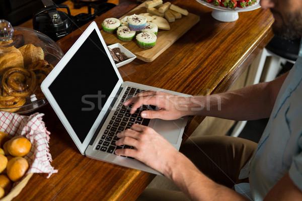 男 ラップトップを使用して カウンタ コーヒーショップ ビジネス ストックフォト © wavebreak_media