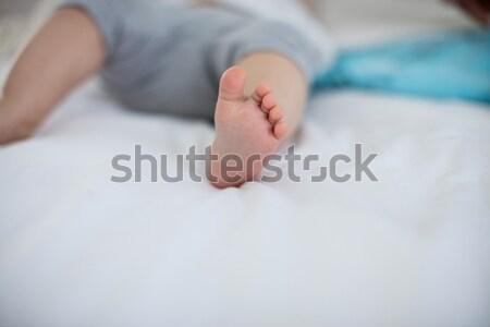 Közelkép kislány megnyugtató ágy hálószoba lány Stock fotó © wavebreak_media