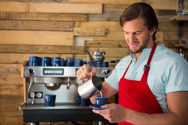 Barista áramló tej csésze kávéház férfi Stock fotó © wavebreak_media