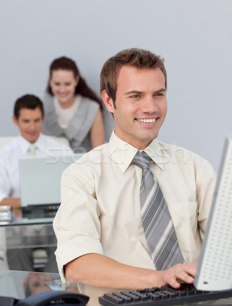 Tolakodó üzletember dolgozik számítógép iroda internet Stock fotó © wavebreak_media