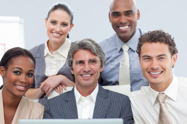 Charismatische internationale bedrijfsleven mensen met behulp van laptop kantoor computer Stockfoto © wavebreak_media