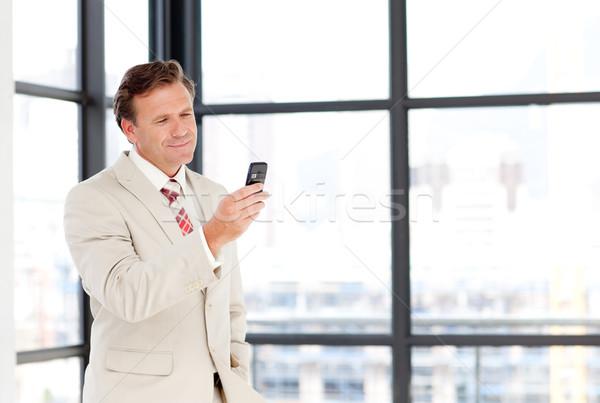 Idős üzletember küldés sms copy space mobiltelefon Stock fotó © wavebreak_media