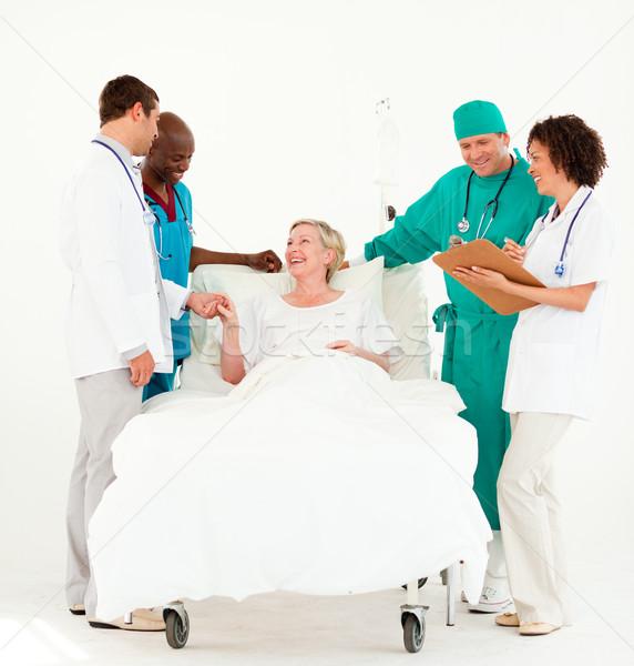 Sebész orvosok néz idős beteg kórház Stock fotó © wavebreak_media