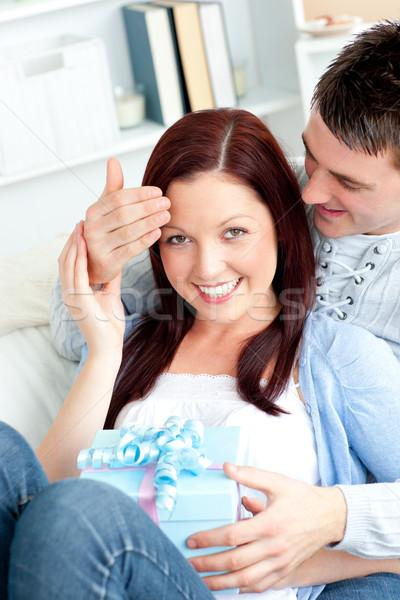 Sorpreso fidanzata presenti fidanzato soggiorno home Foto d'archivio © wavebreak_media