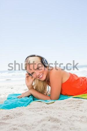 Nő napozás tengerpart égbolt víz lány Stock fotó © wavebreak_media