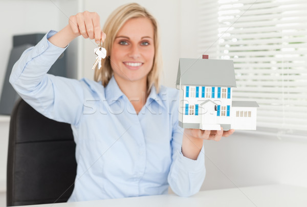 Káprázatos szőke nő üzletasszony bemutat modell ház Stock fotó © wavebreak_media