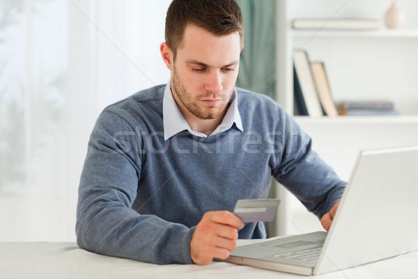 Stock fotó: Fiatal · férfi · hitelkártya · információ · notebook · számítógép