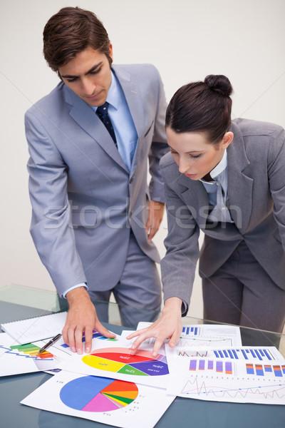 Zdjęcia stock: Młodych · patrząc · statystyka · wraz · papieru
