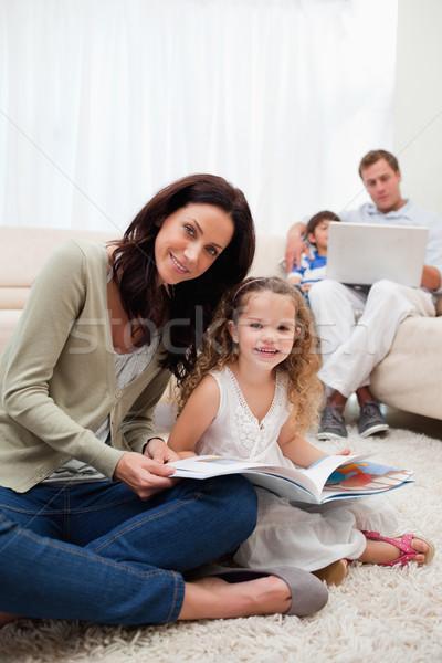Mãe filha leitura livro juntos sala de estar Foto stock © wavebreak_media