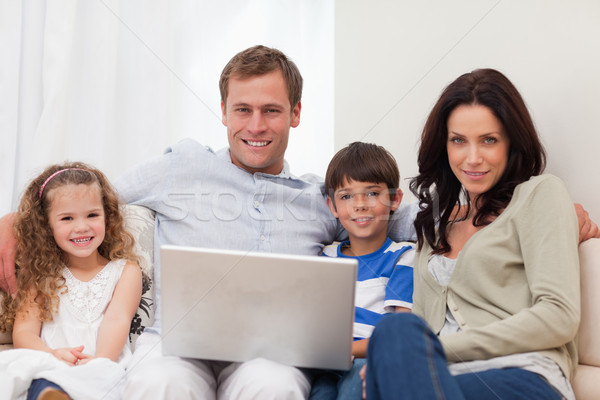 Jonge familie surfen internet woonkamer samen Stockfoto © wavebreak_media