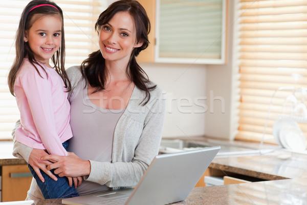 Meisje moeder notebook keuken internet laptop Stockfoto © wavebreak_media