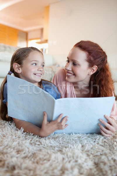 Moeder dochter vloer naar magazine samen Stockfoto © wavebreak_media