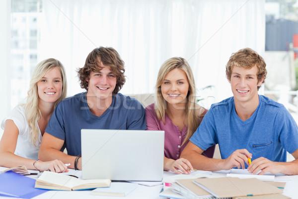 Сток-фото: улыбаясь · группа · студентов · ноутбука · посмотреть · впереди