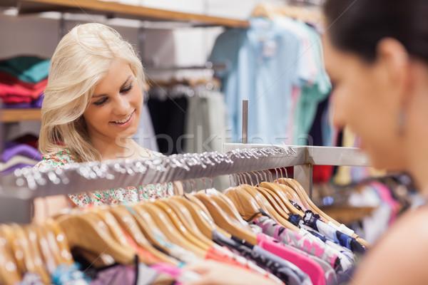 Kobieta patrząc uśmiechnięty przyjaciela zakupy Zdjęcia stock © wavebreak_media