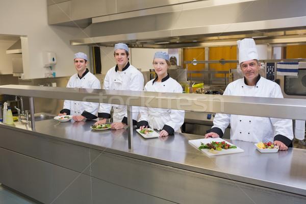 четыре улыбаясь Повара кухонном столе блюд продовольствие Сток-фото © wavebreak_media